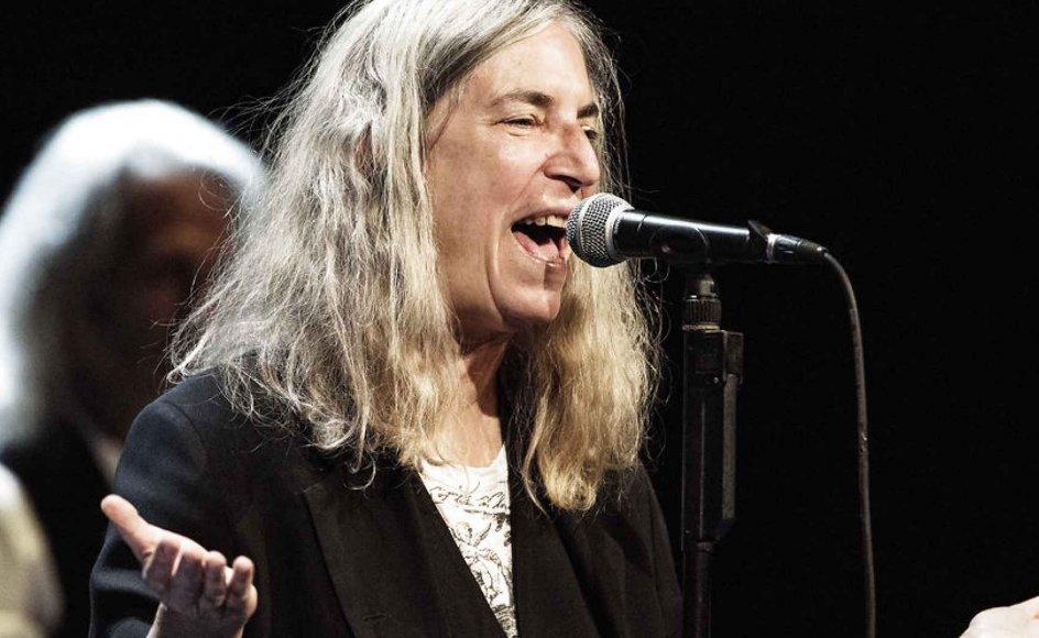 """Kun i glimt viste Patti Smith den ungdommelige desperation ved koncerten på Det Kongelige Teater, hvor hun var glad og smilende. Og modsat Bob Dylan, der ofte genfortolker sine egne numre i radikalt anderledes arrangementer, lød """"Horses"""" næsten, som da lp'en udkom for 40 år siden. -"""