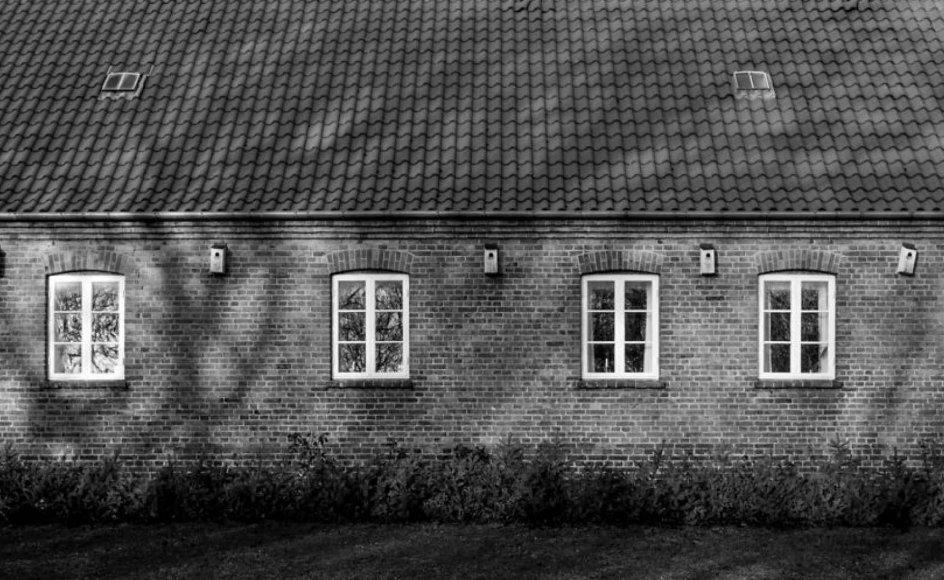 """Præstegårde giver sognebørn mulighed for at opsøge deres præst under diskrete forhold, også uden for """"kontortid,"""" skriver Niels Vincens Grunnet."""