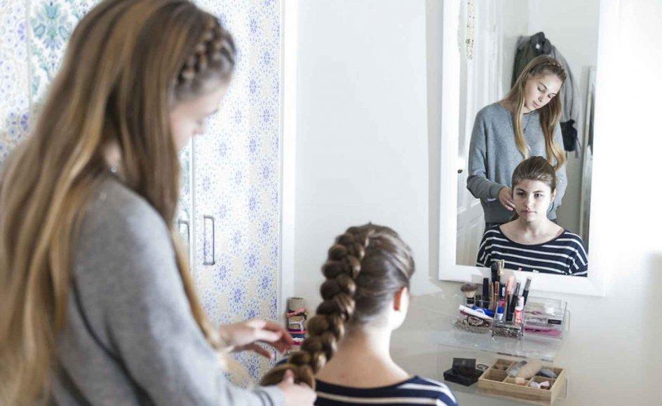Fletninge-pigerne Marie Moesgaard Wivel og Laura Kristine Arnesen har haft succes med deres hårguide på Instagram. Deres fletterier kommer nu på bogform.