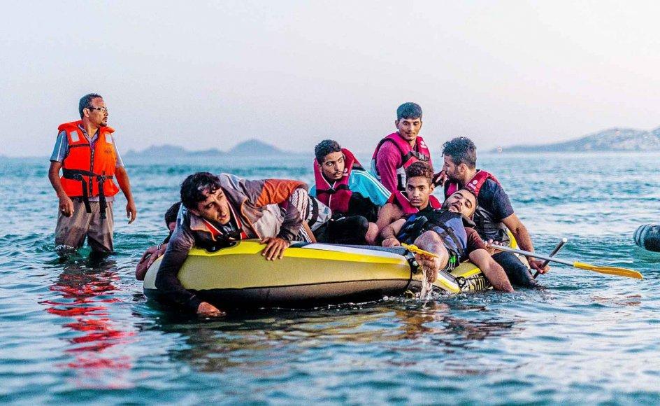 Billederne af de historisk store flygtningestrømme har oftest betragtet de flygtende som migranter eller været præget af anonymitet - som eksempelvis de mange døde fundet i en låst lastbil, hvor man kun så lastbilen. Her ses flygtninge ankomme i en gummibåd til den græske ø Kos.