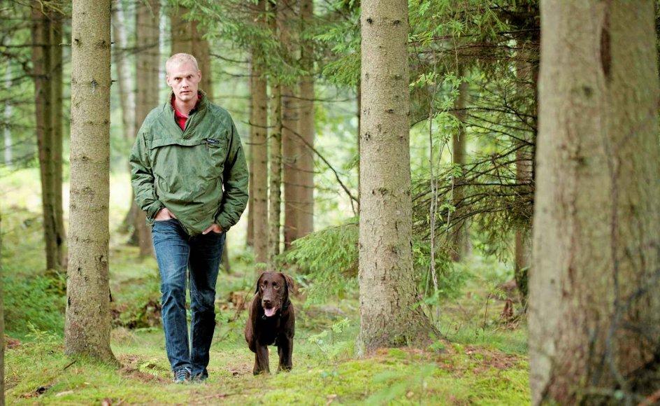 """Hunden Aston var trænet som handicaphund, da Aleksander Taarnberg fik ham. """"Han kan tage mine strømper af, hvis jeg beder ham om det,"""" siger eks-soldaten. Hans handicap sidder dog ikke i kroppen, men i psyken. Han kan godt selv tage sine strømper af, men ikke altid lægge angsten fra sig. Men Aston kan for eksempel mærke, når Aleksander Taarnberg bliver trist, og trøster ham. Her går de tur i Nordskånes skove ved den ødegård, eks-soldaten flyttede til for et år siden."""