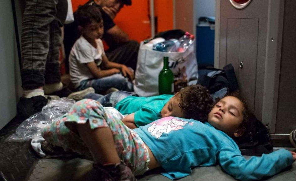 Flygtningebørn sover på gulvet af et tog på vej fra Budapest i Ungarn til München i Tyskland.