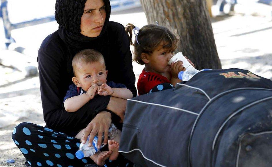De syriske flygtninge er ikke nær så veluddannede og arbejdsmarkedsparate, som mange tror. Her ses en syrisk kvinde, der er på flugt med sine to børn.