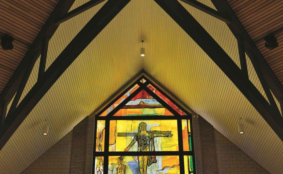 Peter Brandes har skildret Kristus som sædemanden på korset. Det forgyldte bronzekors forneden er skabt af Maja Lisa Engelhardt. -Foto: Fra bogen Sacred light
