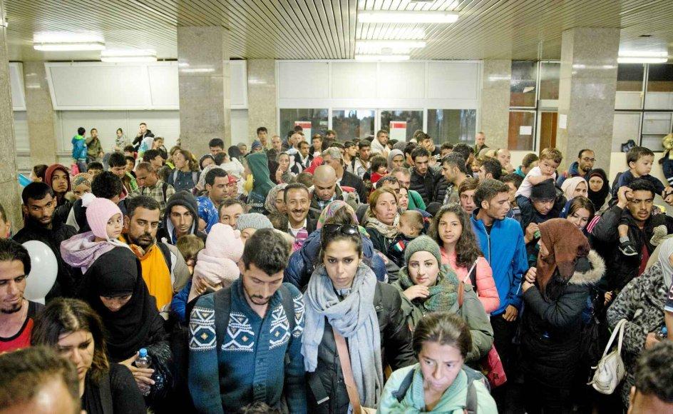 Tusinder af flygtninge og migranter er på vej gennem Europa. Her ankommer nogle hundrede i går med tog til den tyske hovedstad Berlin. -