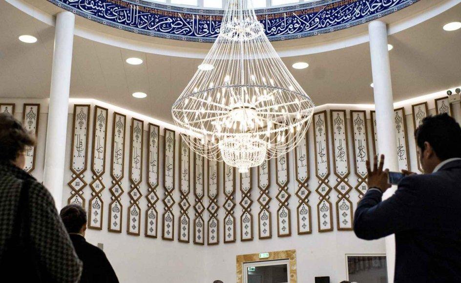 Bedesalen i den nye shiamuslimske Imam Ali Moské på Vibevej i Københavns nordvestkvarter. Det er den anden store moské, der åbnes i København. Sidste år åbnede en stor sunnimuslimsk moské, der blev støttet med 200 millioner kroner fra Qatar.