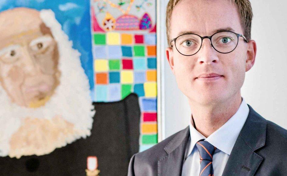 N.F.S. Grundtvig, som i baggrunden ses på den vestjyske kunstner Kirsten Kjærs maleri, har betydet alverden for uddannelses- og forskningsminister Esben Lunde Larsens (V) syn på dannelse og uddannelse.