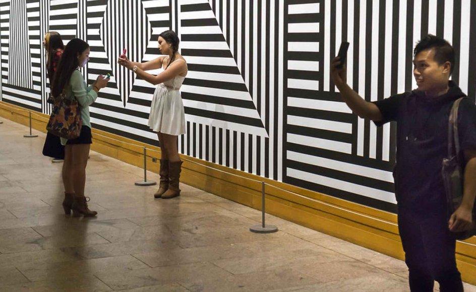 Nu er det til diskussion i kulturlivet, om omfavnelsen af den besøgende er gået for vidt. Her ses besøgende på the Metropolitan Museum of Art i New York, der er travlt optaget med at tage selfies (selvportrætter, red.)