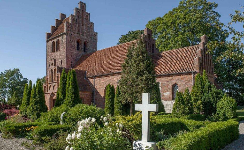 Arkitekterne er ikke ude i et korstog mod den traditionelle kirkegård. Men de understreger, at den er udtryk for en kirkegård, som var moderne for over 100 år siden. I dag vil de fleste danskere tilbage til naturen. Her er det en traditionel kirkegård ved en landsbykirke i Sydsjælland. -