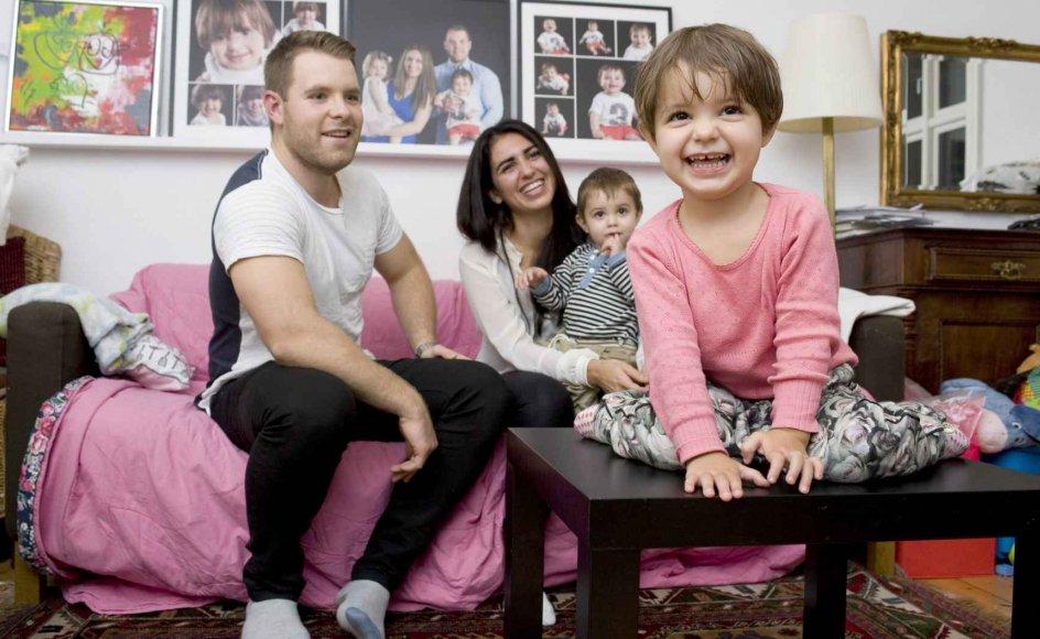 Sammen med sin lillebror Alvin nyder Dea sin mor og far, Sine og Christian Jacobsen, de sidste par timer af aftenen, inden de skal sove. Børnene er højeste prioritet i en hverdag, der er tæt pakket med to fuldtidsjob. -