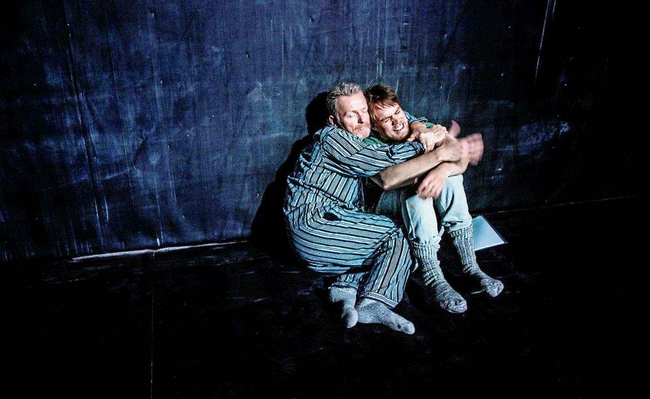 """I """"Salamimetoden"""" på Aarhus Teater kæmper fem mænd for vidt forskellige sager. Det er et grundkaraktertræk ved mennesket at kæmpe for noget, mener skuespiller Bue Wandahl (tv.), der selv har kæmpet for sin arbejdsidentitet. -"""
