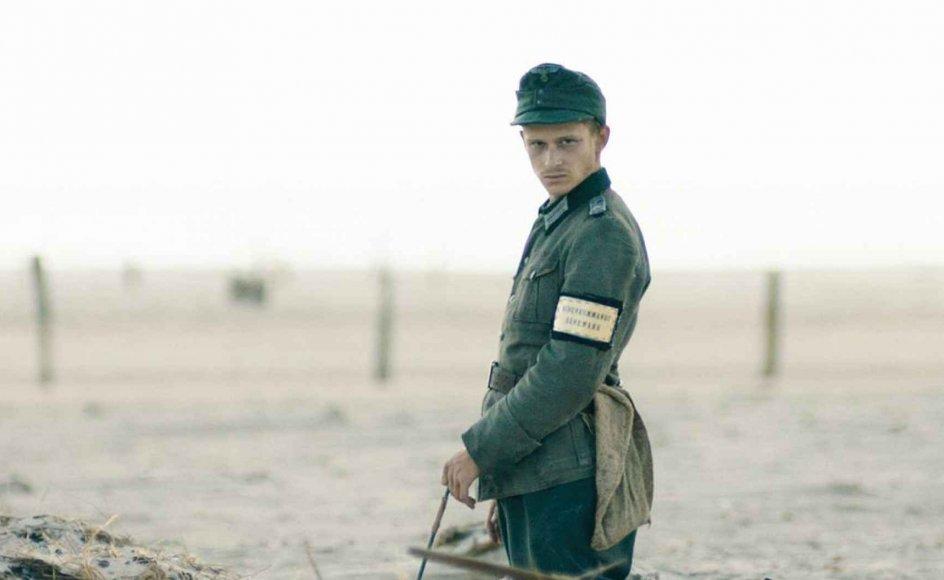 "Filmen ""Under sandet"" om mineryddere under Anden Verdenskrig har premiere i morgen, hvor Henrik Wivel anmelder den her i avisen. -"