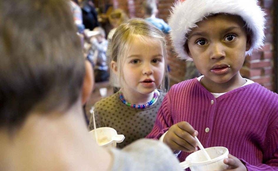 Landets skoler vil gerne have børnene med til julegudstjeneste, men vil samtidig gerne minimere det kristne indhold. Billedet her er fra en julegudstjeneste for børn i Hundige Kirke. Arkivfoto.