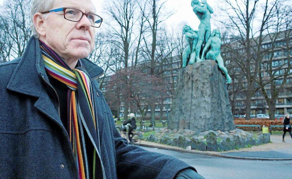 """Klinikchef i mikrobiologi ved Rigshospitalet Niels Frimodt-Møller ved Rudolph Tegners skulptur """"Mod Lyset"""" foran Rigshospitalet. Skulpturen markerer lægen Niels Finsen og hans opdagelse af, at lyset kunne helbrede patienter for hudtuberkulose."""