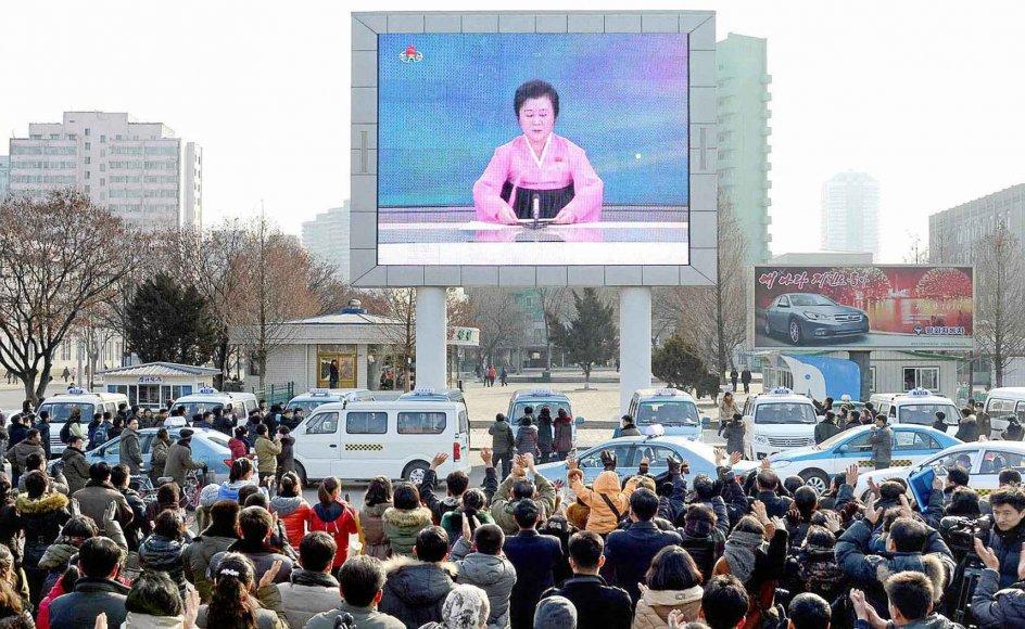 Det nordkoreanske styre gjorde i går et stort nummer ud af at fortælle befolkningen om prøvesprængningen af brintbomben. -