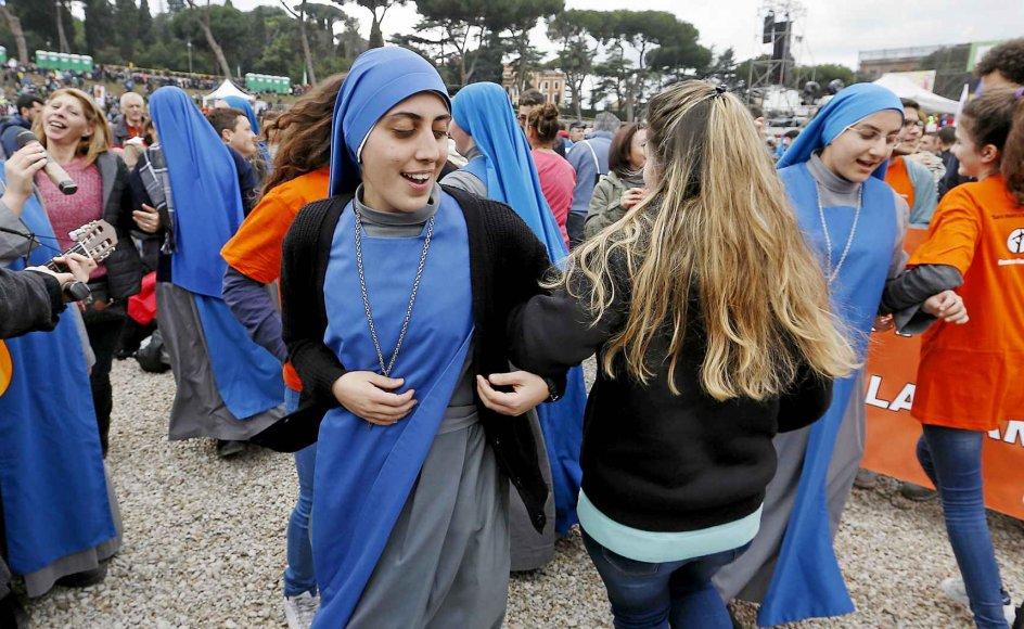 Der var blandt andet fællesdans ved lørdagens demonstration mod at tillade registreret partnerskab for homoseksuelle i Italien.