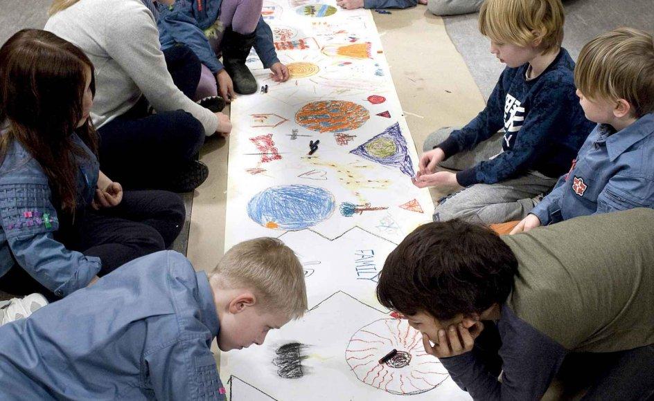 35 børn var med til at lave et fredsmaleri i anledning af FN World Interfaith Harmony Week på gulvet i Anna Kirke i København.