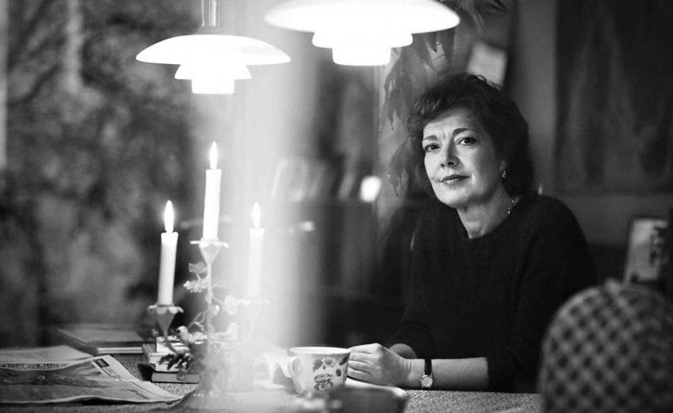 Sorgen er en urkraft, der har sin egen skønhed, skriver journalisten Eva Jørgensen i ny bog om sorg. Sognepræsterne Sophie Nordentoft og Lone Vesterdal står bag bogen. Her ses Eva Jørgensen fotograferet hjemme i privaten på Frederiksberg.