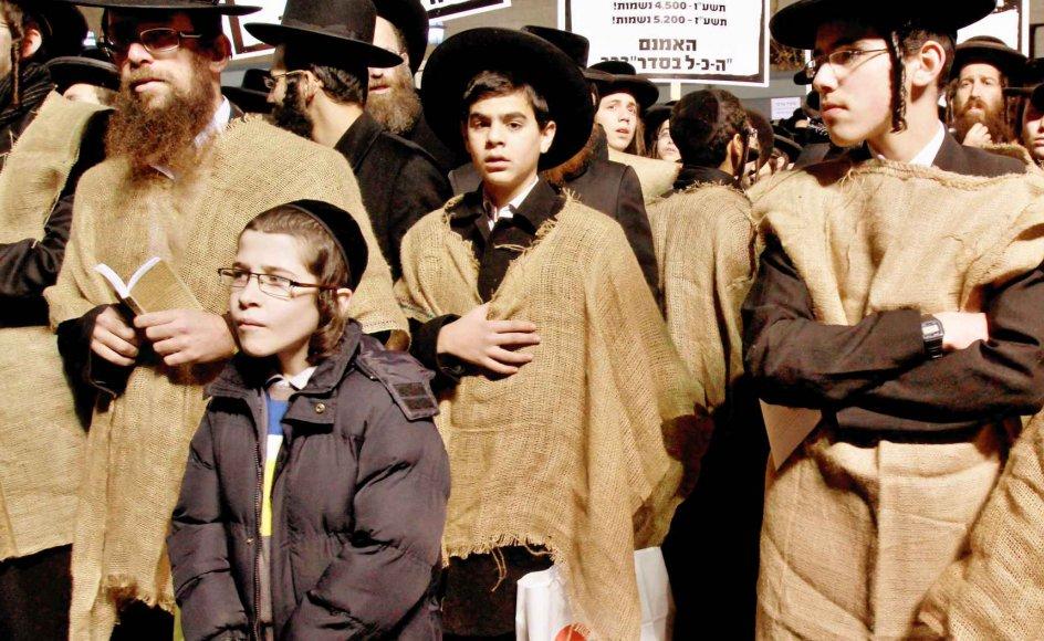Flere og flere unge forlader Israels ultraortodokse samfund, som blandt andet er udfordret af internettet og de sociale medier. Her ses en række ultraortodokse unge mænd og drenge kort før nytår protestere i Jerusalem, fordi de frygter, at deres fritagelse for værnepligten kan blive omstødt. -