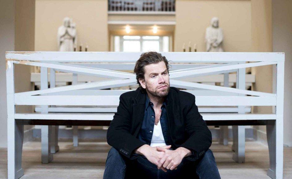 """""""Jeg tror ikke på Gud, men jeg tror ikke, at man kan gå igennem livet uden at tro på noget. Tro er håb,"""" siger Nikolaj Lie Kaas, der her ses i Vor Frue Kirke i København. –"""