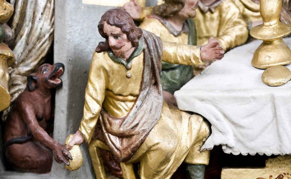 En slesk djævlefigur rækker pungen med sølvpengene til Judas på nadverbilledet i Præstø Kirke. Alle fotos: Leif Tuxen
