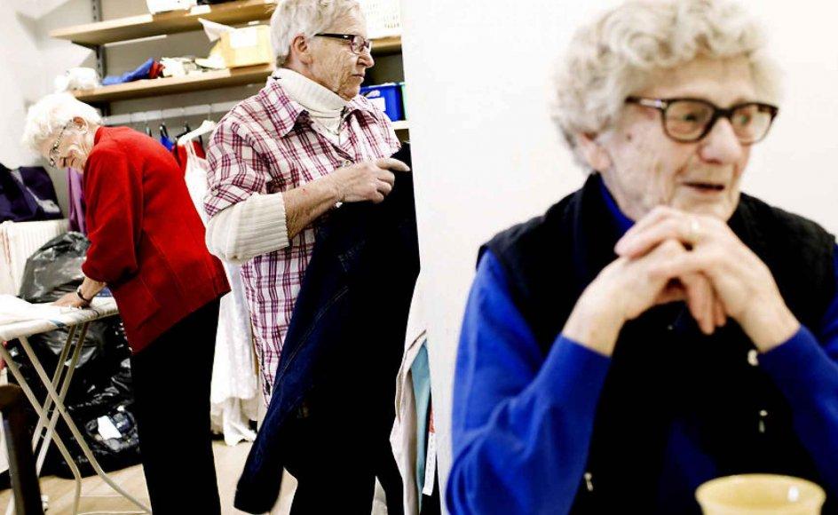 Flere ældre kaster sig over frivilligt arbejde for at gøre overgangen til pensionisttilværelsen mere smidig. Her ses nogle af de frivillige i Folkekirkens Nødhjælps genbrugsbutik på torvet i Sorø. Arkivfoto.