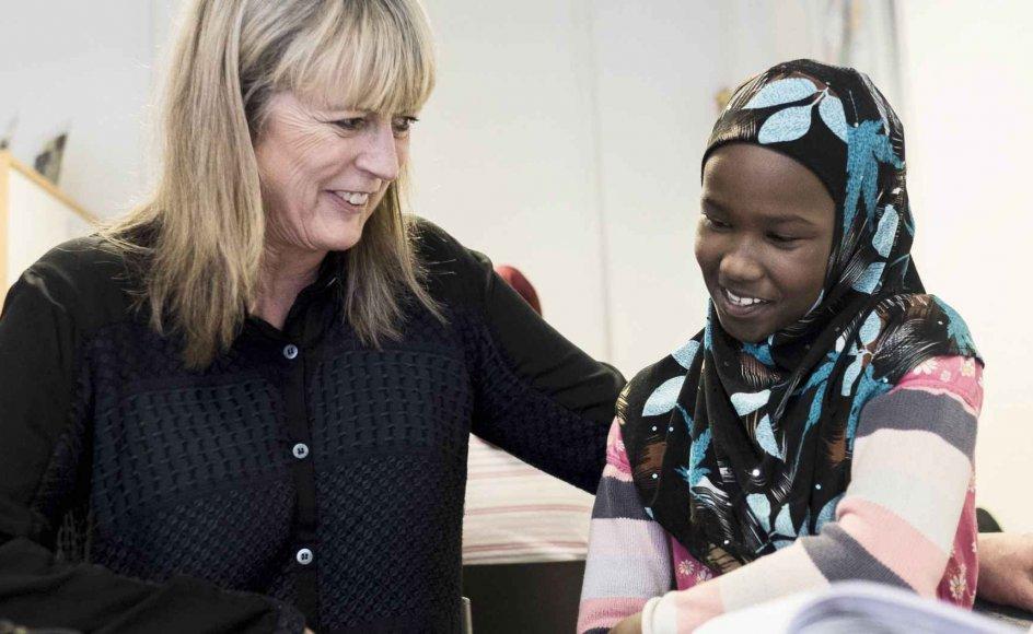 Gennem et pilotprojekt i Randers Kommune har 60-årige Lone Wessman fundet ud af, at hendes kommende pensionisttilværelse blandt andet skal gå med at arbejde frivilligt i en lektiecafé for flygtninge og indvandrere. Her sidder hun sammen med Muna på 8 år.