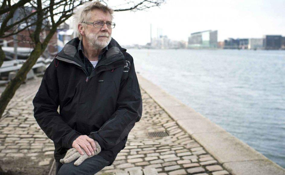 Leif Andersen, pensioneret friskoleleder fra Tønning-Træden i Midtjylland, stortrives med en tilværelse, hvor hustruen og han har adskilte hverdage. Her er han på besøg på Islands Brygge i København, hvor hendes lejlighed ligger