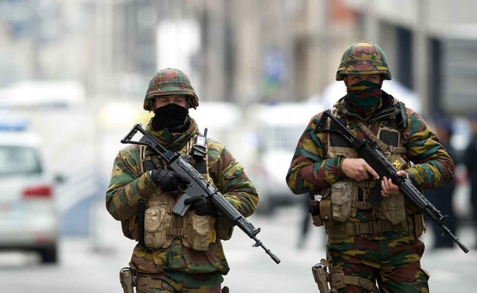 Det gælder for langt de fleste, at forfærdelsen stikker stadig mindre dybt i os, for hvert terrorangreb der kommer. Her ses sikkerhedsstyrker i Bruxelles' bymidte efter tirsdagens terrorangreb.