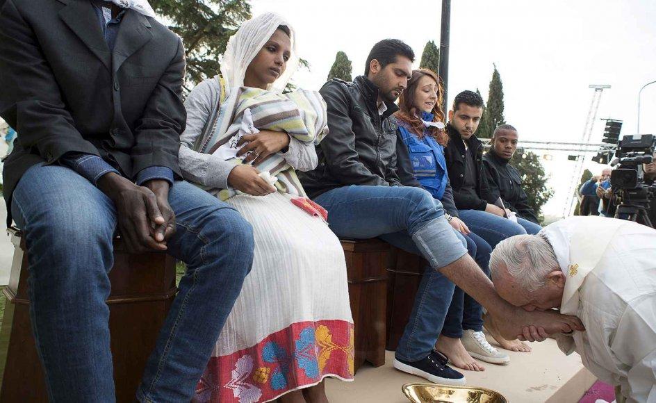 """""""Vi er forskellige, vi har forskellige kulturer og religioner, men vi er brødre og vi ønsker at lave i fred,"""" sagde paven ifølge Washington Post efter at have hældt vand over 11 flygtninges fødder, gnedet og kysset dem."""
