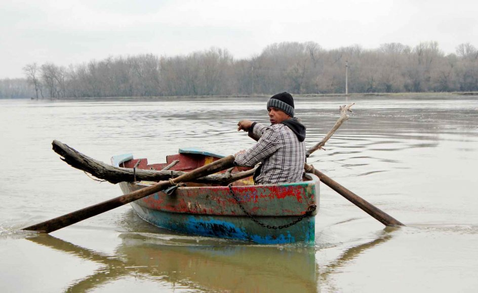 Da der kun er få veje inde i deltaet, foregår meget transport i småbåde med eller uden motor.