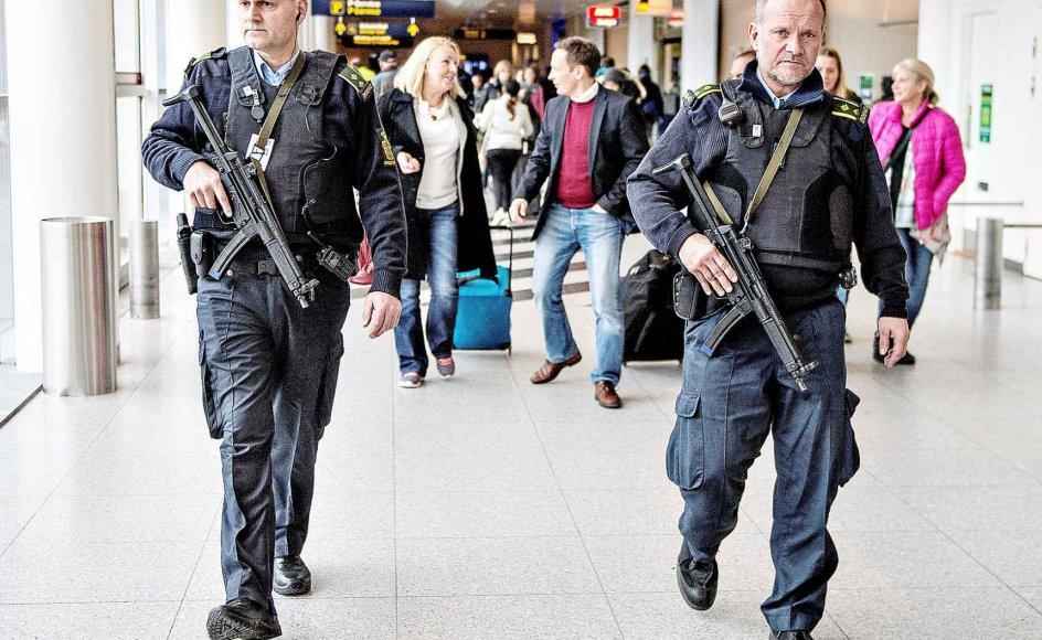 Selvom terrorfrygten er begrænset, er terrortruslen alvorlig og væsentlig for os, skriver direktørerne for henholdsvis TrygFonden og CERTA. På billedet ses det forhøjede politiberedskab i Københavns Lufthavn efter terrorangrebene i Bruxelles den 22. marts i år.