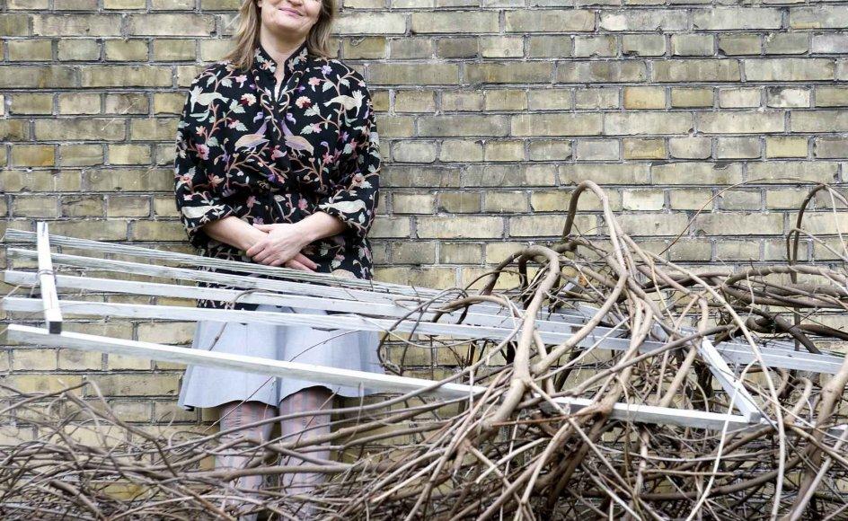 Hængepilen er kollapset uden for Karen Lumholts hus. For hende symboliserer den, at alt er skrøbeligt. Men der er brug for skrøbeligheden for at række ud mod hinanden, siger hun.