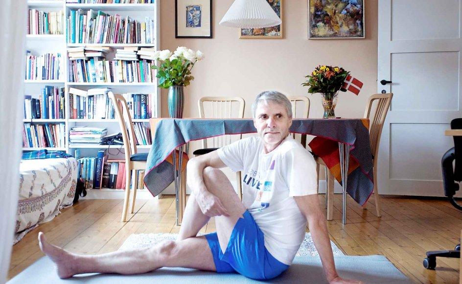 Tidligere generalsekretær i Danmission Mogens Kjær, vil bruge en del af sin pensionisttilværelse på at arrangere yoga- og tantrarejser til Sydindien. Yogaøvelser er også en del af hans ugentlige rygtræningsprogram, der udføres på stuegulvet i lejligheden på Frederiksberg.