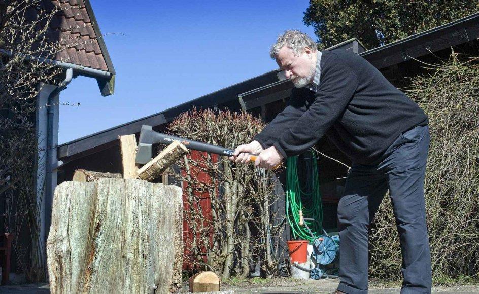 """""""Jeg skal hugge brænde,"""" svarer tidligere vært på Radioavisen Kai Selliken, når folk spørger, hvad han skal bruge sin pensionisttilværelse på. I haven ved huset i Humlebæk har han både huggeblok og en udmærket flækøkse."""