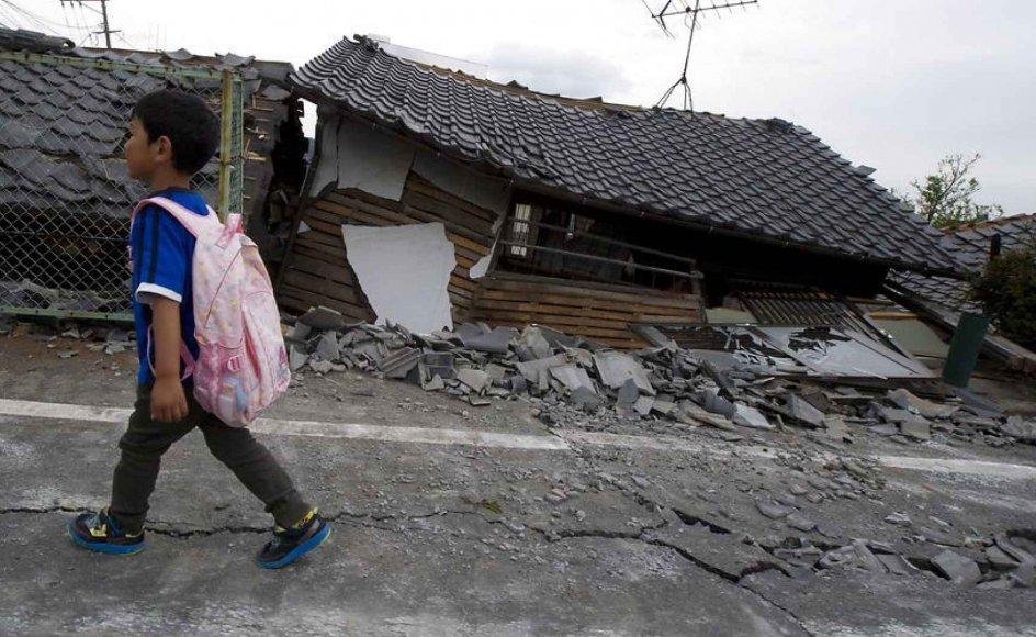 En japansk dreng vander gennem beboelseskvarteret Mashiki i den sydvestlige del af Japan, hvor et jordskælv var skyld i adskillige dødsfald samt evauering af over 180.000 mennesker