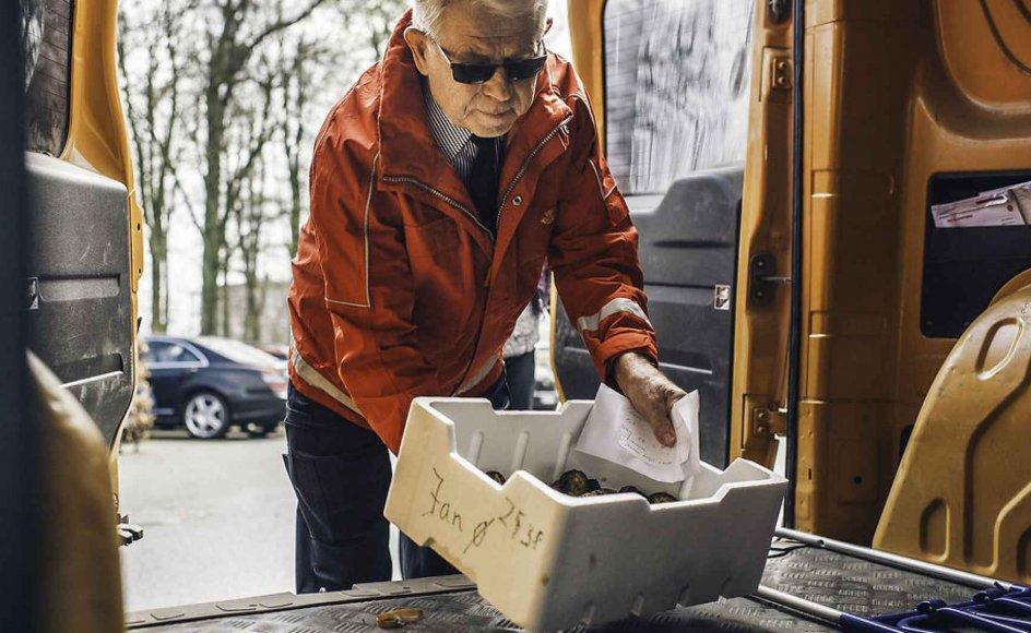 I dag er der intet særligt ved postvæsenet. Et brev og et frimærke er blot en vare i kurven ved siden af leverpostejen. Her ses et postbud på arbejde. Arkivfoto.