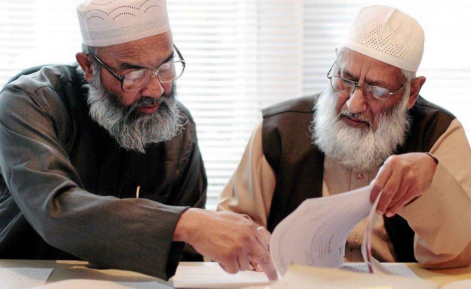 Dr. Suhaib Hasan (th.) og sheikh Maulana Abu Sayeed fra den største gruppering af britiske sharia-domstole, Storbritanniens Sharia-Råd, ISC, ses her, mens de tilbage i 2008 gennemgår en ægteskabssag i ISC's hovedkvarter i det østlige London. Abu Sayeed vakte i 2010 opsigt ved at sige, at mænd, der voldtager deres hustruer, ikke skulle retsforfølges.