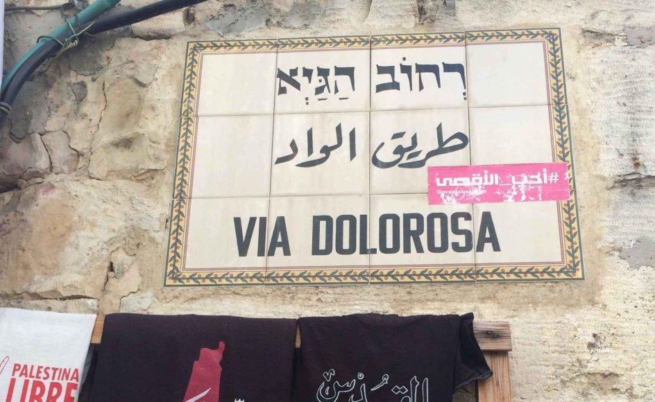 Skiltene, der markerer Via Dolorosas begyndelse og ende er lette at overse i virvaret af små boder og handlende i gaderne i den gamle bydel