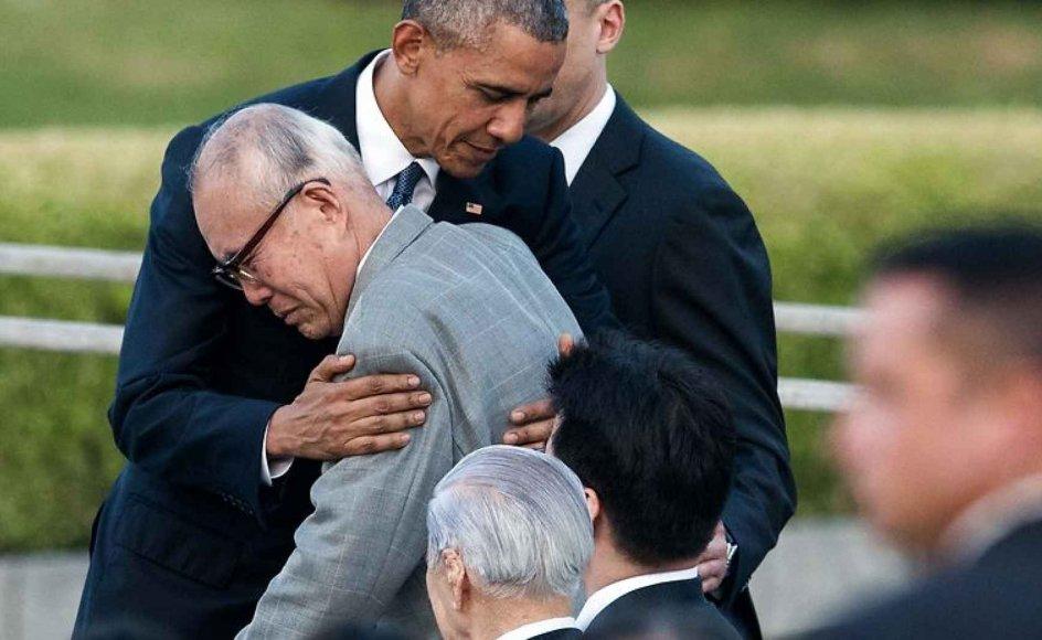Flere af de overlevende fra det amerikanske atombombeangreb på Hiroshima overværede i går præsident Obamas besøg i byen. En af dem, Shigeaki Mori, blev så rørt over Obamas ord om, at verden blev forandret, da døden faldt fra himlen, at han begyndte at græde og fik en krammer af præsidenten. Mori, der er historiker, var ni år gammel, da atombomben lagde hans hjemby i ruiner, og inden 1945 var omme, havde bomben kostet 140.000 mennesker livet