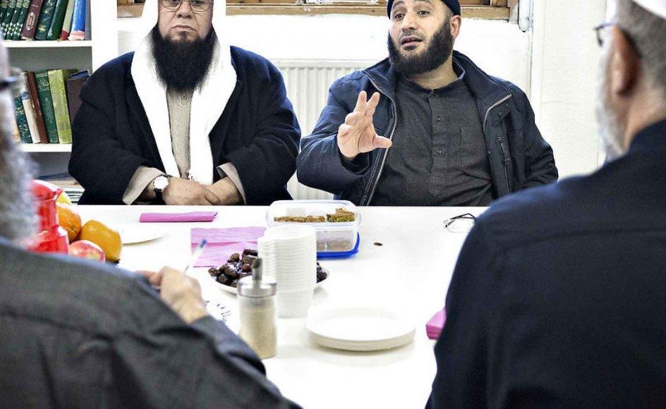 De politiske forslag mod religiøse forkyndere er uklare, svære at implementere, og så risikerer de at skabe splittelse mellem religiøse grupper, mener internationale iagttagere. Her ses Ali Ismail og Oussama El-Saadi fra Grimhøjsmoskeen.