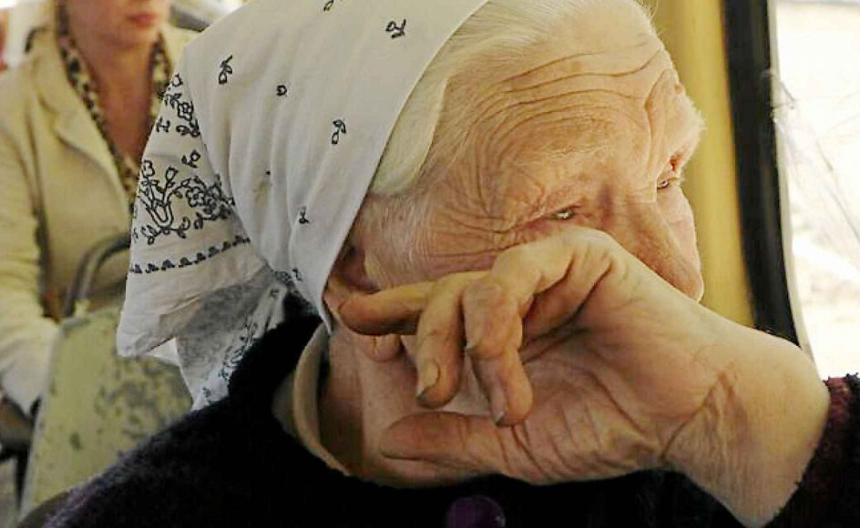 I sporvognen ud af Donetsk. Krigen i Donbass har blandt andet ført til svære økonomiske vilkår for mange ældre mennesker, fordi den ukrainske regering har stoppet udbetaling af pensioner på separatisternes område.