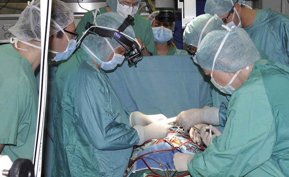 Når døden rammer, og spørgsmålet om organdonation bliver aktuelt, er det de pårørende, der skal gennem-leve den beslutning, som bliver truffet. Derfor er det vigtigt at inkludere de pårørende i debatten om organdonation. Arkivfoto fra operation på et hospital i Rom.