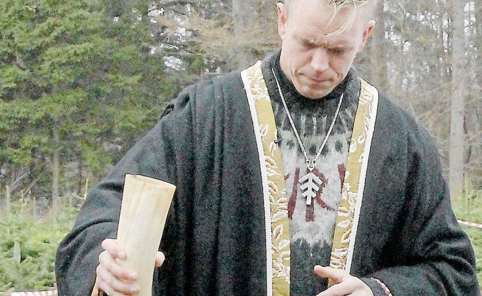 Vi er imod al monoteisme, men særligt kristendom, islam og jødedom, siger Morten Tirssøn Mathisen, som her ses med et drikkehorn fyldt med mjød, som ofres på en langdysse. –