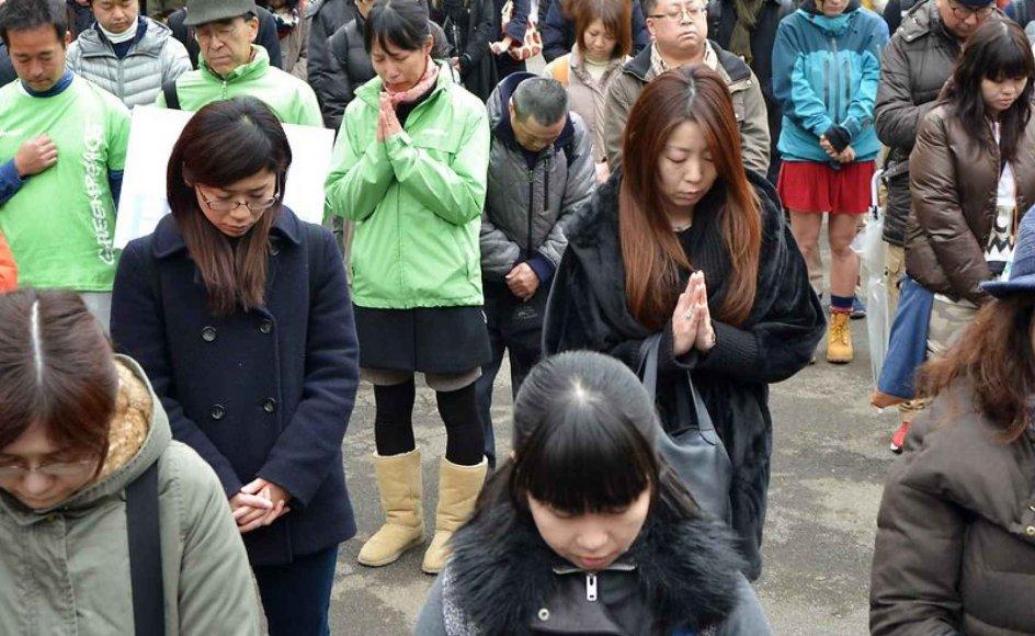 Her ses japanere på femårsdagen for ulykken.