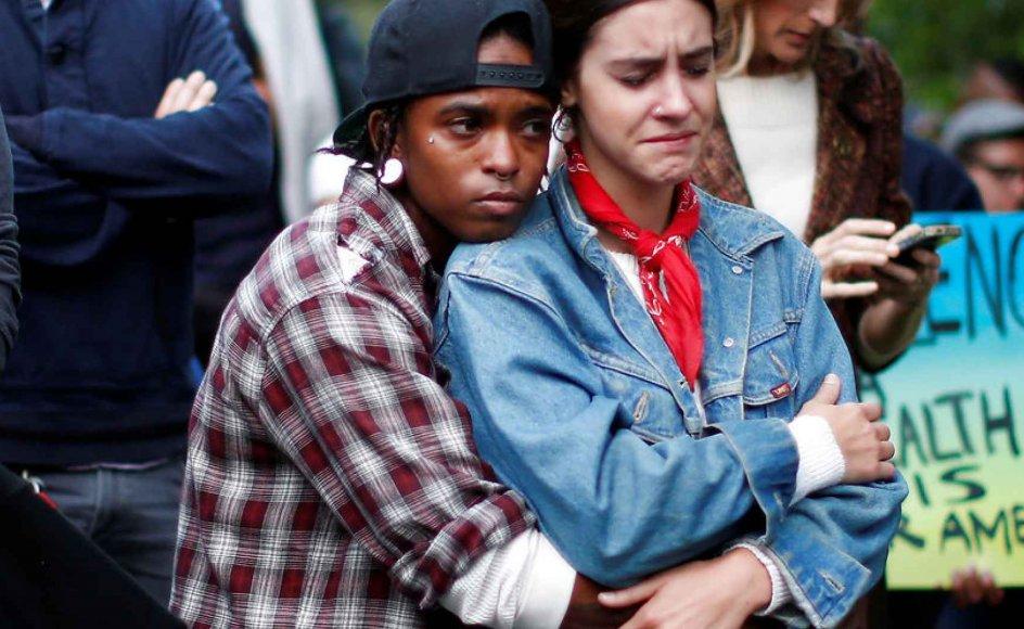 To unge sørger i Los Angeles efter, at 49 mennesker blev dræbt natten til søndag på en natklub i Orlando.