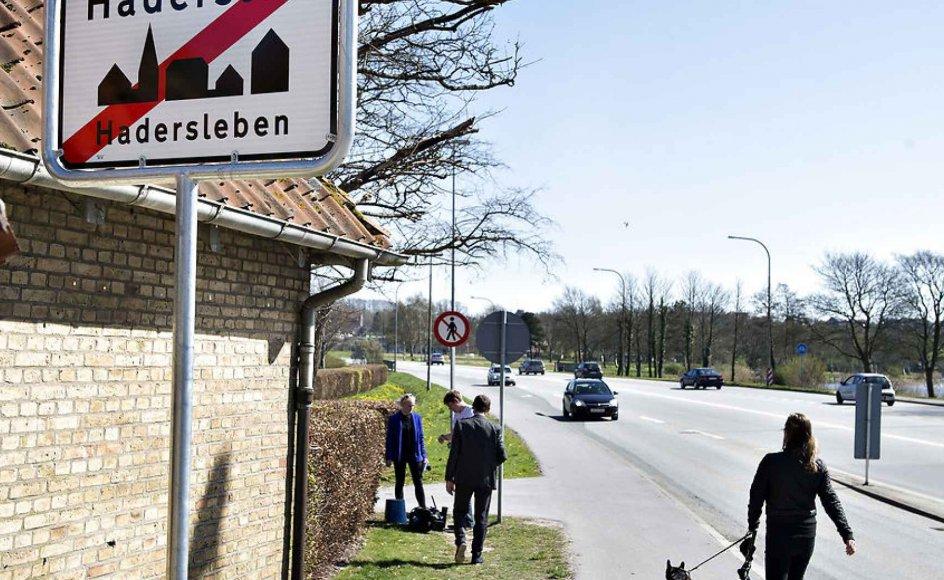 Kommunalbestyrelsen i den nordtyske by Glücksburg har netop besluttet at tilføje byens danske navn, Lyksborg, til byens skilte. Lignende tiltag er kun gjort én gang i Sønderjylland, men sidste sommer fjernede ukendte gerningsmænd i Haderslev det tosprogede byskilt. Siden er det ikke forsøgt igen.