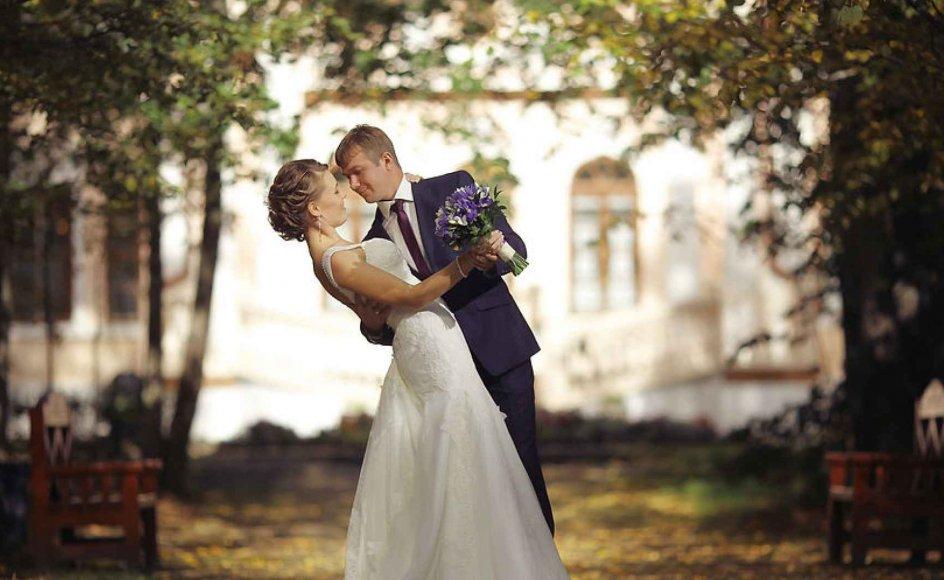 Danske præster bør være bedre til at vie par udendørs.