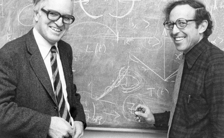 Dansk-amerikanske Ben Mottelson (th.) vandt i 1975 den fornemste videnskabelige pris i verden, Nobelprisen, i fysik. Det var resultatet af et helt unikt samarbejde med den danske fysiker Aage Bohr (tv.).