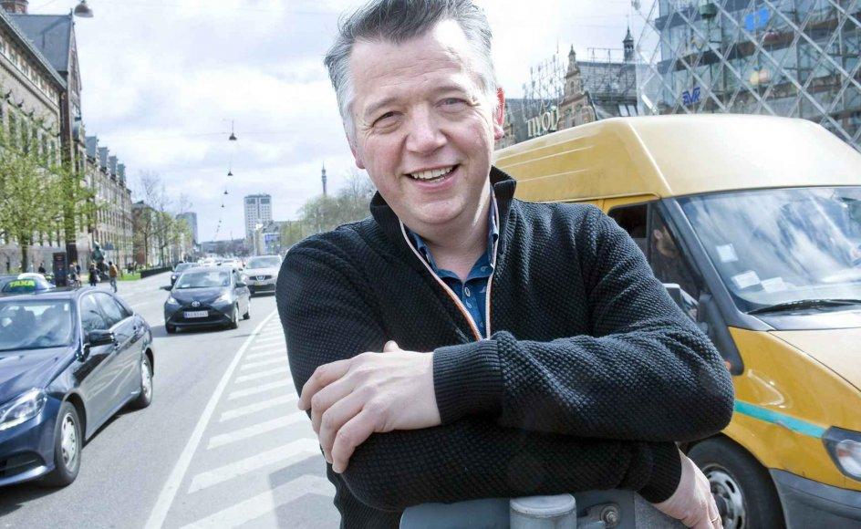 """""""Udadtil virker mange mennesker, som om alting kører for dem. Og det kan derfor virke skamfuldt at fortælle andre om ens egne problemer, men sandheden er, at vi alle sammen er mere eller mindre vingeskudt,"""" siger sognepræst Jesper Ertmann Oehlenschläger. Her står han midt på H.C. Andersens Boulevard i København, mens bilerne suser forbi. –"""